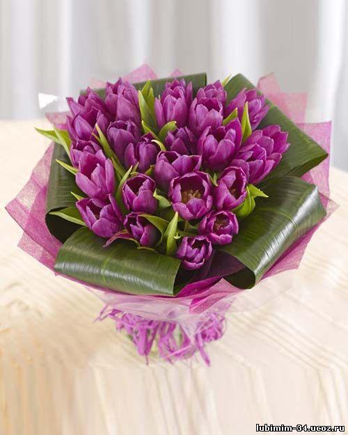 Букет из сиреневых тюльпанов. Оформление - фетр, листья аспедистры, лента.
