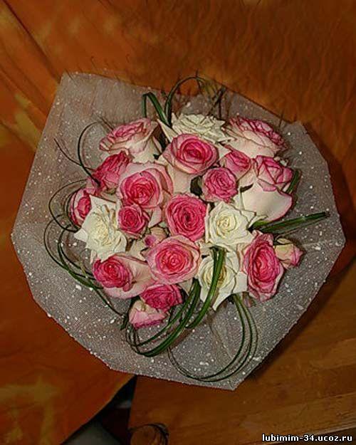 Букет из роз, оформление - цветочная сетка и листья берграса